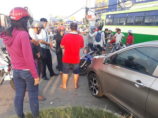 Tài xế gây ra vụ tai nạn (áo đỏ) xuống làm việc tại hiện trường.