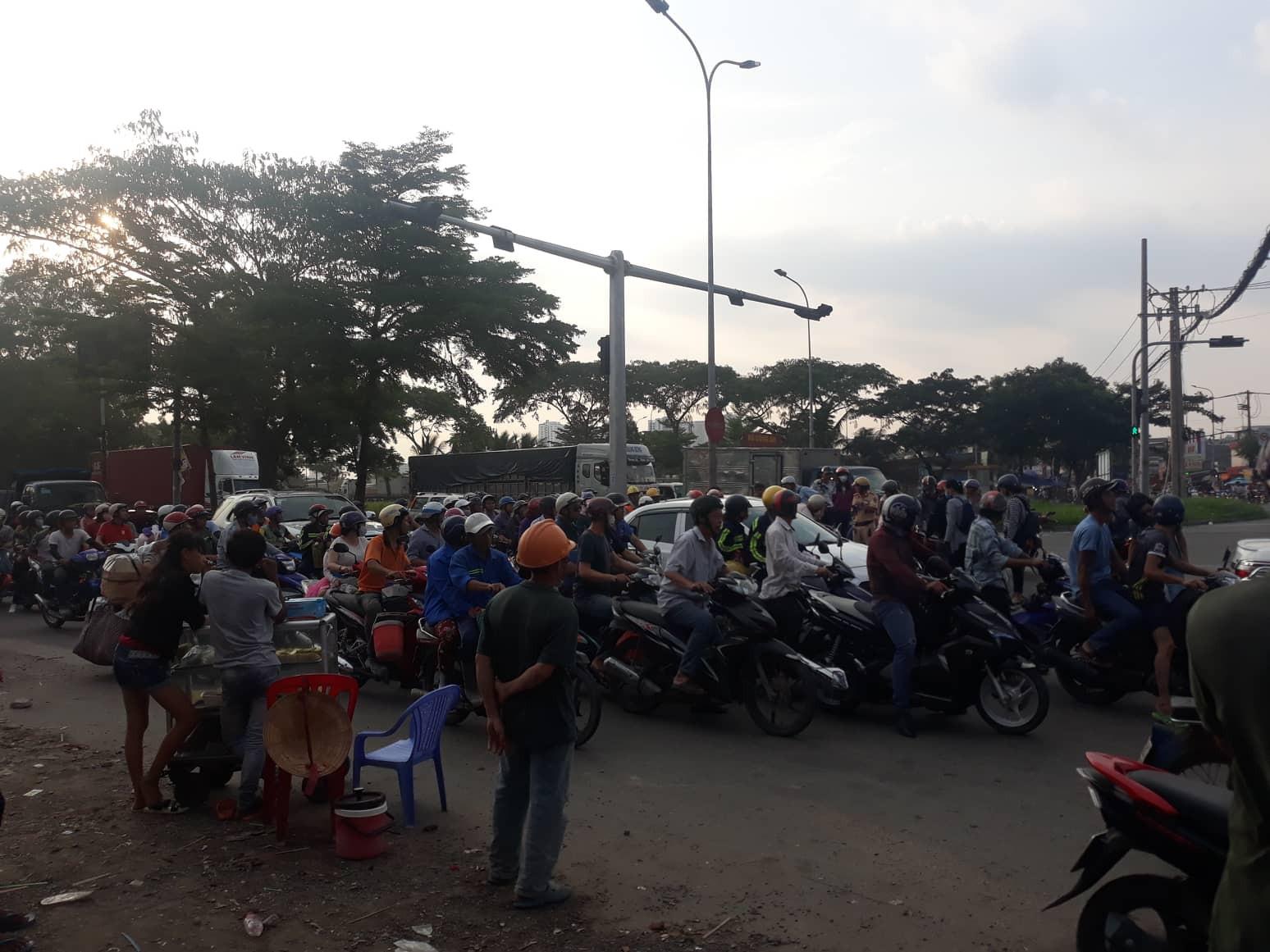 Vụ tai nạn khiến giao thông khu vực bị ách tắc.