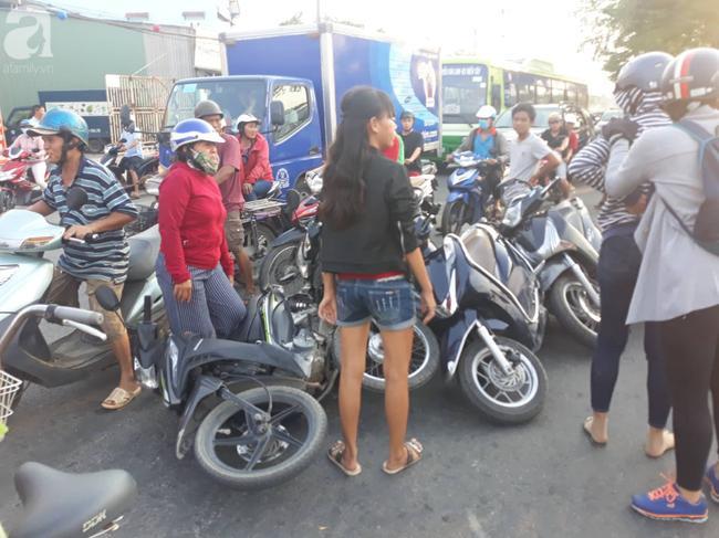 Hàng loạt xe máy nằm la liệt.