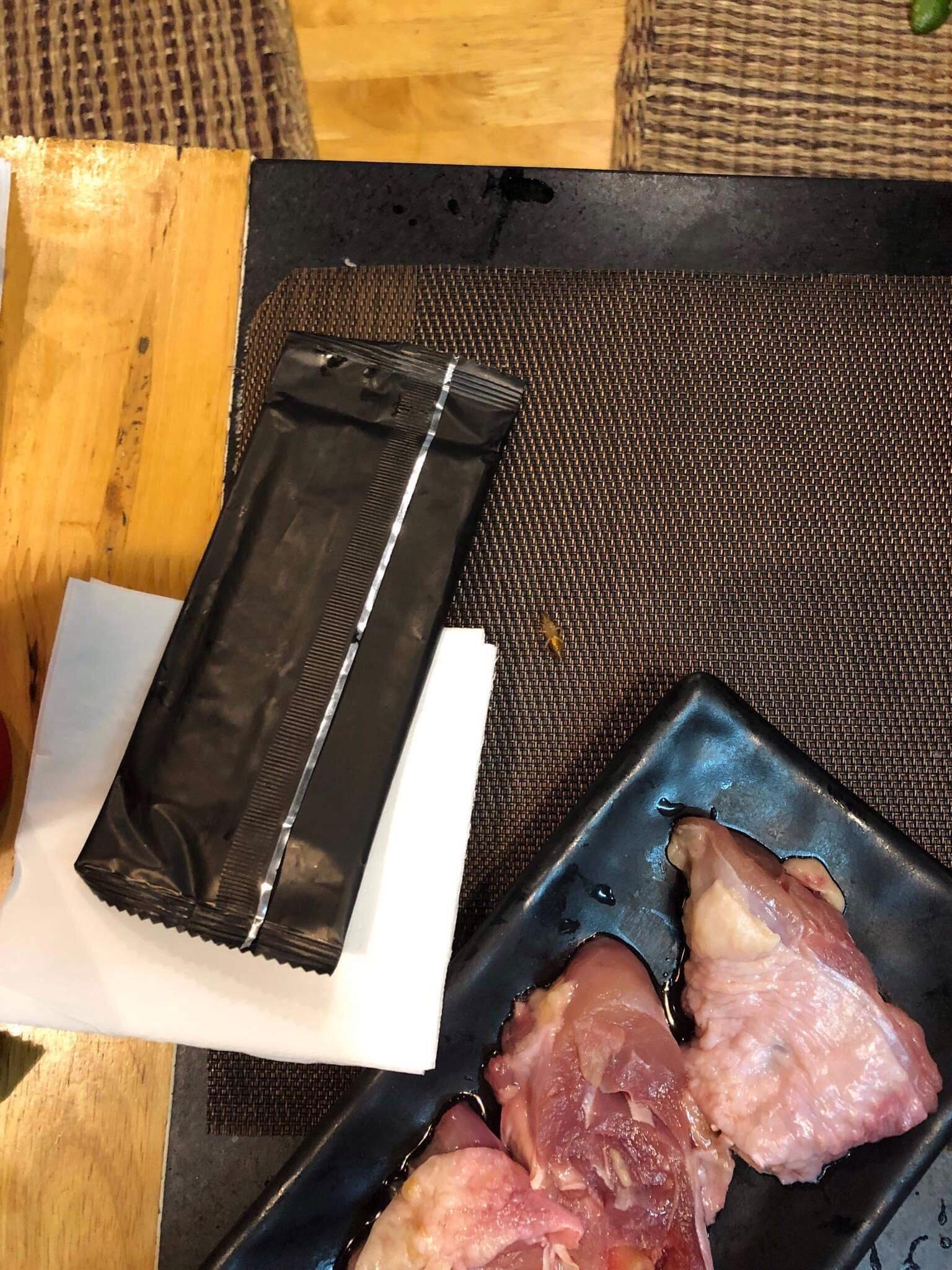 Gián bò loăng quăng ngay trên bàn ăn, cạnh những đĩa thịt thì khó lòng ăn ngon được.