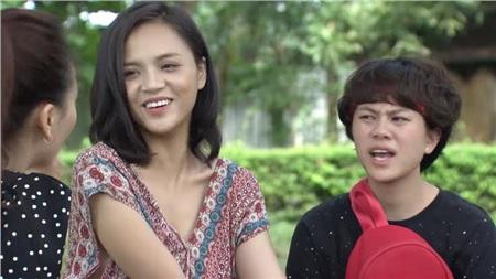 Chị Huệ không nhịn được cười trước lý thuyết 'ngầm' của Thư, trong khi Dương thì vẫn không hiểu.