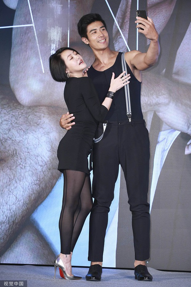 Tiểu S tiếp tục bị chỉ trích vì có những hành động thân mật quá lố, hở cả nội y cùng với người mẫu nam 2