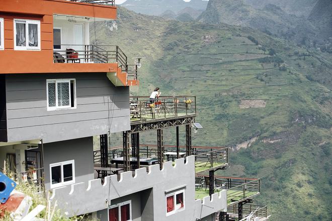 Công trình có phòng nghỉ, ban công vãn cảnh thung lũng hướng xuống sông Nho Quế.