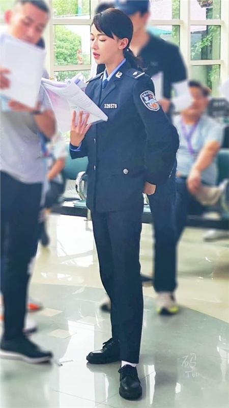 Đóng hoa khôi cảnh sát nhưng Ngô Cẩn Ngôn khiến ai cũng phì cười vì quá gầy gò, mặc đồ rộng thùng thình 0