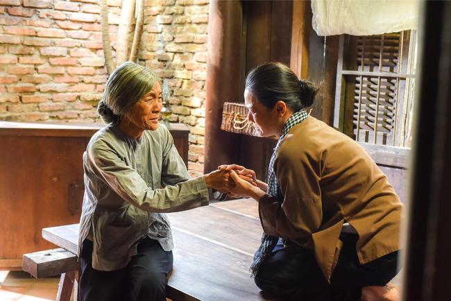 'Tiếng sét trong mưa': Lộ ảnh Thị Bình - Nhật Kim Anh quỳ gối, khóc đến sưng mắt khi gặp dì Bảy sau 24 năm 1