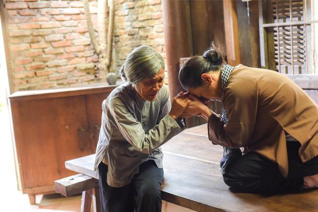 'Tiếng sét trong mưa': Lộ ảnh Thị Bình - Nhật Kim Anh quỳ gối, khóc đến sưng mắt khi gặp dì Bảy sau 24 năm 0