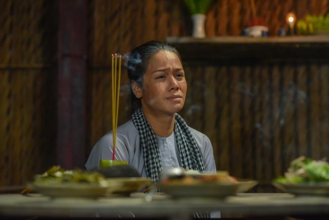 'Tiếng sét trong mưa': Lộ ảnh Thị Bình - Nhật Kim Anh quỳ gối, khóc đến sưng mắt khi gặp dì Bảy sau 24 năm 3