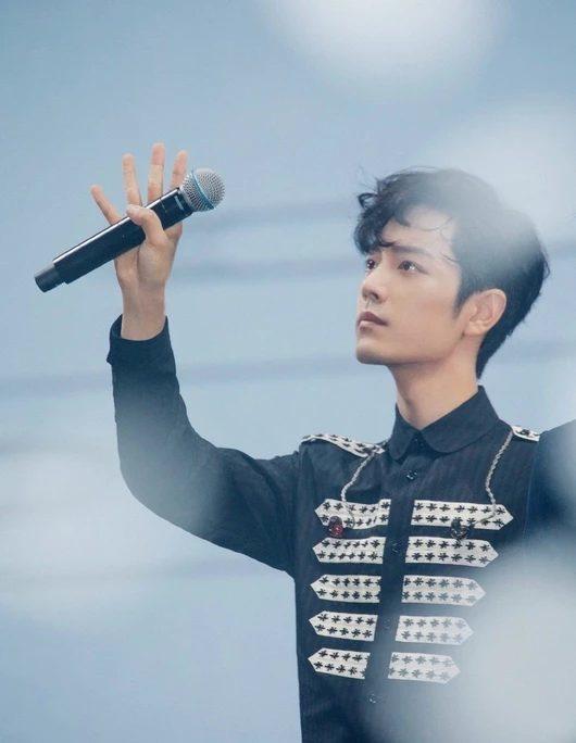 Tiêu Chiến nhận được cơn mưa lời khen vì thái độ chuyên nghiệp: Bị cảm nhưng vẫn cố gắng hoàn thành concert 'Trần tình lệnh' 2