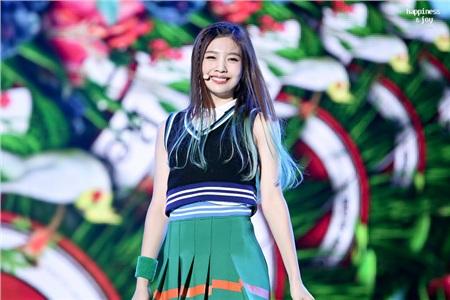 Joy nhanh chóng trở thành 'cây hút fan' sau sân khấu debut.