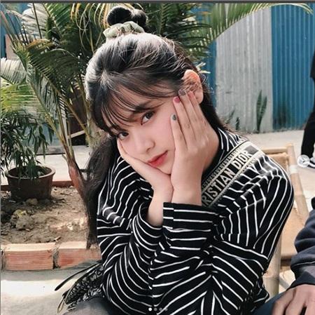 Ngọc Quỳnh hiện đang là sinh viên năm nhất của ĐH Quốc gia Tp HCM, là một trong những nữ sinh nổi nhất Sài thành.