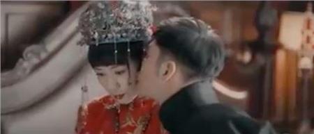 Phạm Tương Nhi tỏ ra ngại ngùng khi Phượng Đài hôn nàng ở đêm động phòng.