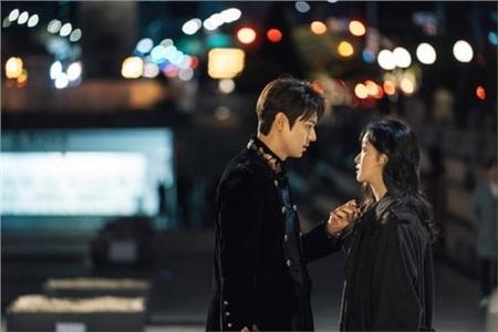 'The King': Hoàng đế Lee Min Ho vội thân mật với Kim Go Eun trong lần đầu gặp gỡ 3