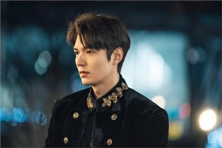 'The King': Hoàng đế Lee Min Ho vội thân mật với Kim Go Eun trong lần đầu gặp gỡ 1