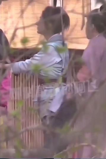Triệu Lệ Dĩnh lộ khoảnh khắc kém duyên khi kéo váy sửa trang phục trước mặt nhân viên nam 0