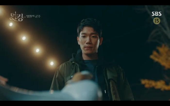 Shin Jae phát hiện ra biểu tượng lạ trên đai lưng ngựa của Lee Gon.