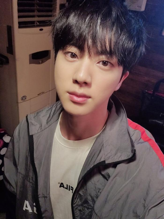 Jin (BTS) trở thành hot trending chỉ nhờ một bức ảnh được chụp sau khi ăn… chân lợn, ai tin anh đã gần 30? 0