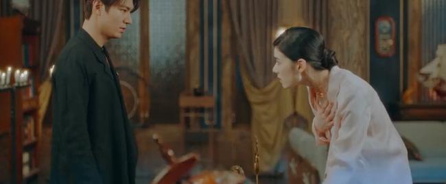 Seo Ryung vô tình để lộ vết thương của người đã từng bước qua cánh cửa song song.