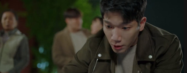 Shin Jae xuất hiện kịp thời và giải cứu cho Jo Young.