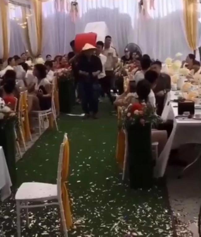 Cả hôn trường 'ngã ngửa' khi bạn bè chú rể khiêng quà cưới vào tặng, nhiều chi tiết 'độc - lạ' khiến bao người bức xúc thay cho nhân vật chính 0