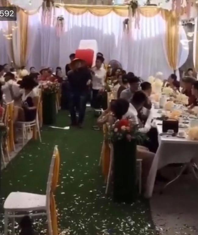 Hình ảnh tặng quà cưới đang gây tranh cãi.