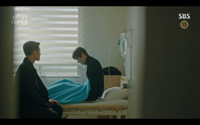 Vừa tỉnh dậy Lee Gon phải nhanh chóng xuyên về quá khứ.