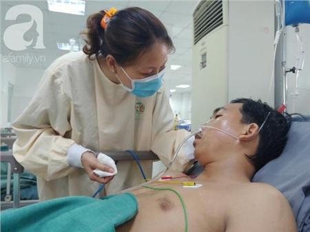 Chị Liễu chăm chồng trong bệnh viện.