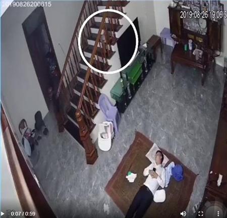 Clip: Ông bố ngủ say, bé trai vịn cầu thang bò xuống không may ngã nhào khiến nhiều phụ huynh sợ hãi 0