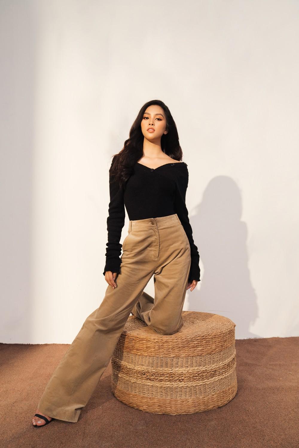Đương kim Hoa hậu Trần Tiểu Vy thường được khán giả ưu ái dành cho danh xưng 'Hoa hậu đẹp nhất Việt Nam' bởi vẻ đẹp vượt mọi giới hạn ngày một thăng hạng của cô.