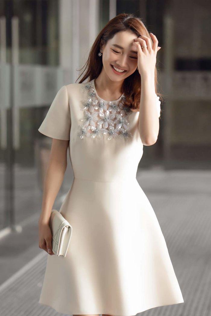 Ngoài ra, cô nàng còn mix cùng chiếc clutch của Dior có gam màu tương đồng. Outfit không cần cầu kỳ, diêm dúa nhưng vẫn tôn lên sự thanh nhã của người mặc.