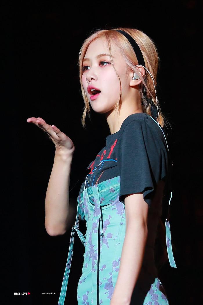 Hậu làm 'liveshow' trên livestream, Knet nóng lòng vì YG Ent chưa để Rosé debut solo.