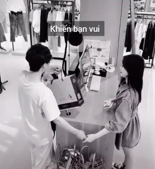 Cô gái được người yêu dắt đi mua sắm và quyết tự trả tiền, không ngờ camera lại quay được hành động vô cùng cảm động của cậu bạn trai 0