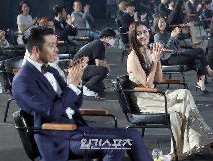 Son Ye Jin nhìn Hyun Bin tình tứ tại lễ trao giải Baeksang năm nay