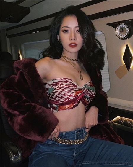 Mỹ nhân sinh năm 1993 tiếp tục dùng một kiểu khăn lụa quấn thành kiểu áo ngực mix với jeans cùng áo khoác dạ lông bên ngoài.