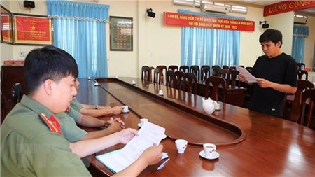 Nguyễn Hữu Thủy nhận quyết định xử phạt hành chính về hành vi tung tin sai sự thật về bệnh COVID-19. (Ảnh: Thanh Tân/TTXVN)