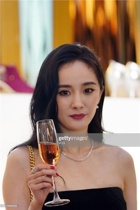 Tuy trông già hơn hẳn nhưng vẫn có thể thấy nữ diễn viên sở hữu nhan sắc xinh đẹp mặn mà ở tuổi 33.