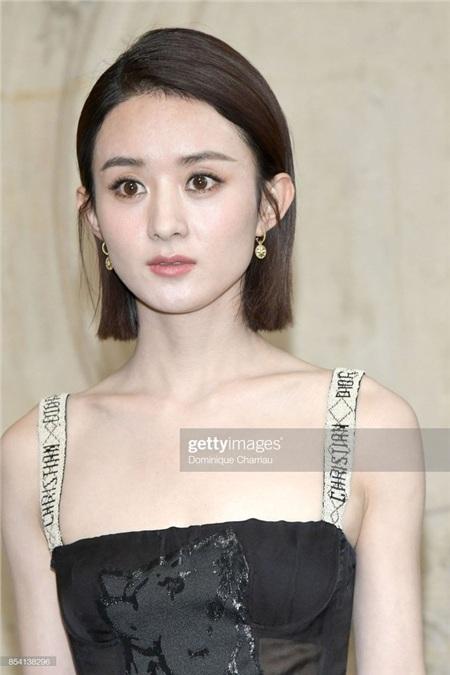 Lớp nền loang lổ, thiếu mịn màng và đầy nhợt nhạt của Triệu Lệ Dĩnh tại show Dior năm nào hẳn sẽ là nỗi ám ảnh với các fan của cô nàng.
