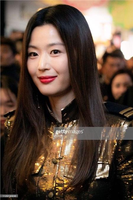Vốn đã đẹp lại được trang điểm tỉ mỉ nên 'mợ chảnh' Jun Ji Hyun hoàn toàn không lộ bất cứ khuyết điểm nào.