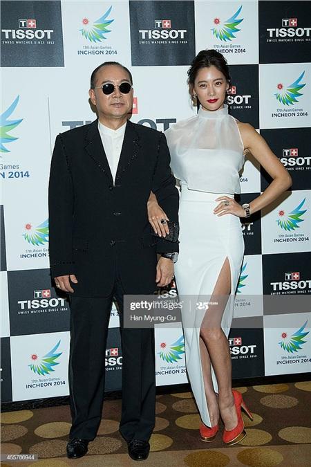 Clara bên bố - Lee Seung Kyu - ca sĩ chính của nhóm nhạc Koreana.