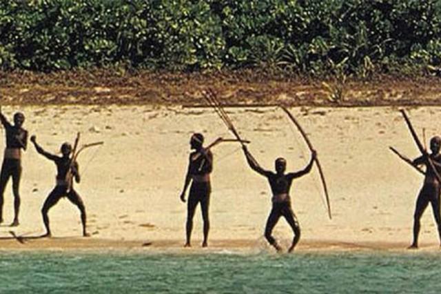 Nhằm bảo vệ sự nguyên sơ của cộng đồng thổ dân nơi đây cũng như an toàn của chính du khách mà chính quyền Ấn Độ cấm bất cứ ai tiếp cận đảo North Sentinel trong vòng bán kính 5 hải lý.