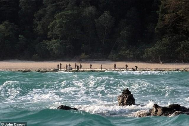 Hòn đảo nhỏ North Sentinel, nằm giữa Vịnh Bengal, Ấn Độ Dương với bộ lạc thổ dân bí ẩn.