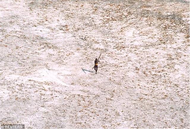 Thổ dân sinh sống nhờ các hoạt động săn bắt thuần túy, cũng như xua đuổi người lạ bằng loạt tên tẩm thuốc độc.