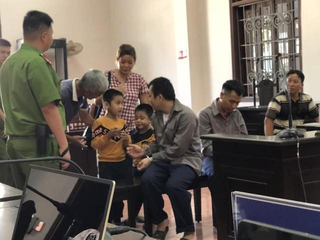 Hình ảnh tài xế Lê Ngọc Hoàng và người thân tại tòa. Ảnh: TL