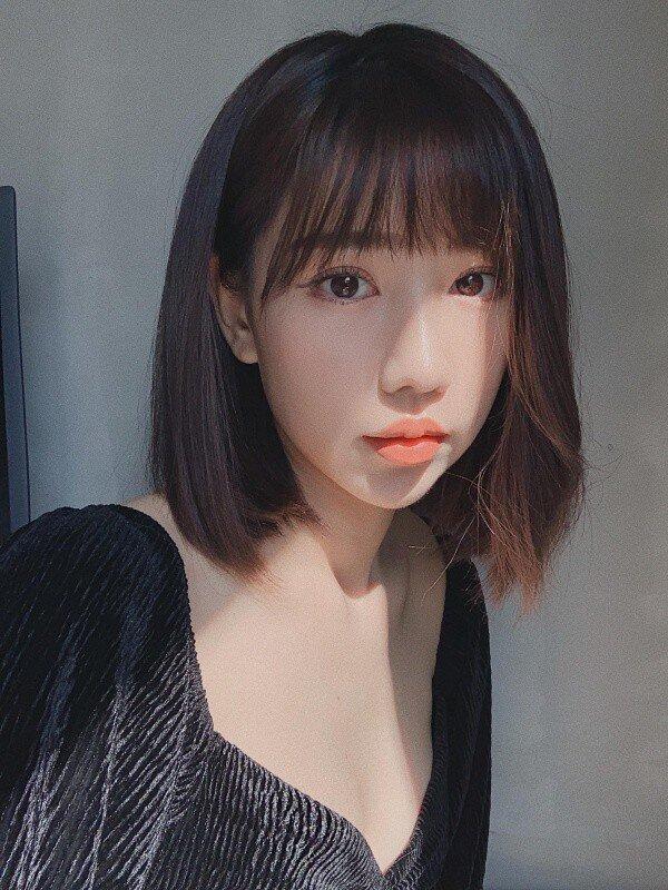 Tóc mái mưa 'lưa thưa' chuẩn Hàn Quốc cũng giúp Min trông trẻ trung hơn hẳn.