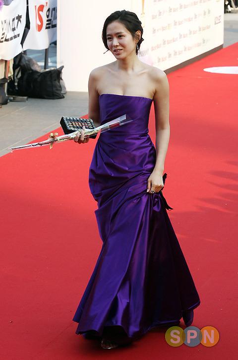 Năm 2008, chiếc đầm tím sắc nét đã mang đến cho nữ diễn viên diện mạo vô cùng sang trọng. Lựa chọn này cũng tôn lên được rất nhiều điểm mạnh của Son Ye Jin như làn da trắng ngần, vòng ngực đầy đặn hay bờ vai nuột nà.