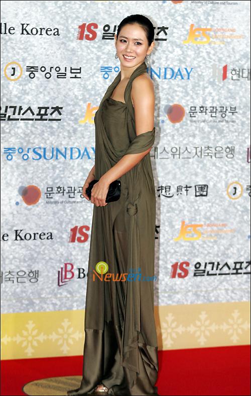 Năm 2007, Son Ye Jin đã có lựa chọn trang phục rất phóng khoáng, táo bạo. Tuy nhiên, thiết kế hơi lùng bùng của chiếc đầm lại không giúp ích được gì nhiều trong việc tôn lên những đường cong của nữ diễn viên.