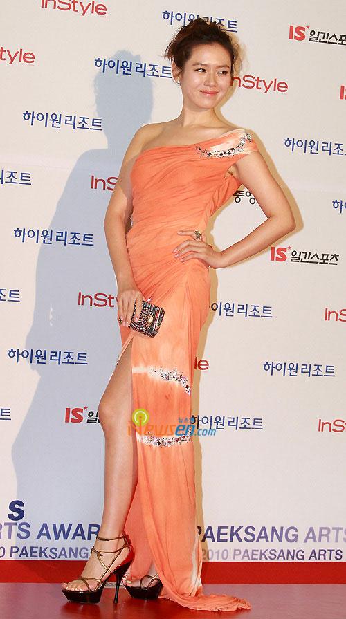 Dù chiếc đầm da cam rất sến nhưng nhan sắc hơn người của Son Ye Jin đã cân được tất cả. Dân tình vẫn không thể rời mắt được khỏi những khoảnh khắc xuất thần của nữ diễn viên tại thảm đỏ Baeksang 2010.