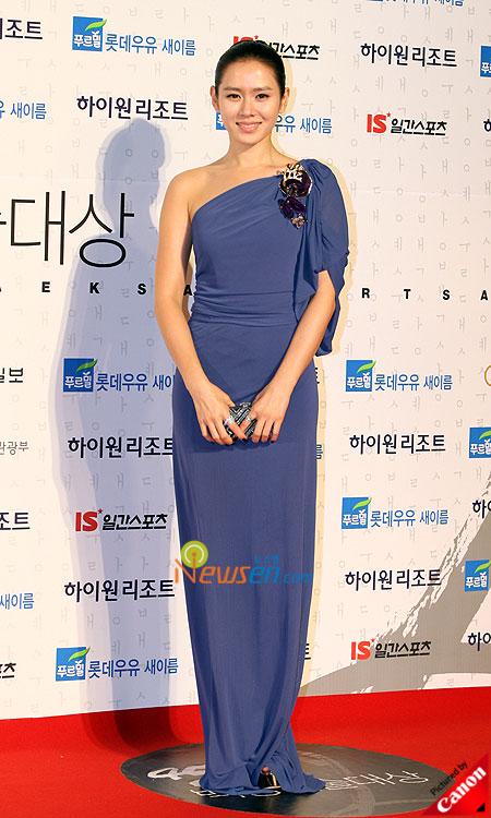 Style của Son Ye Jin trên thảm đỏ Baeksang qua các năm: Ngày càng 'nhạt màu' hơn nhưng độ sang trọng thì tăng theo cấp số nhân 7