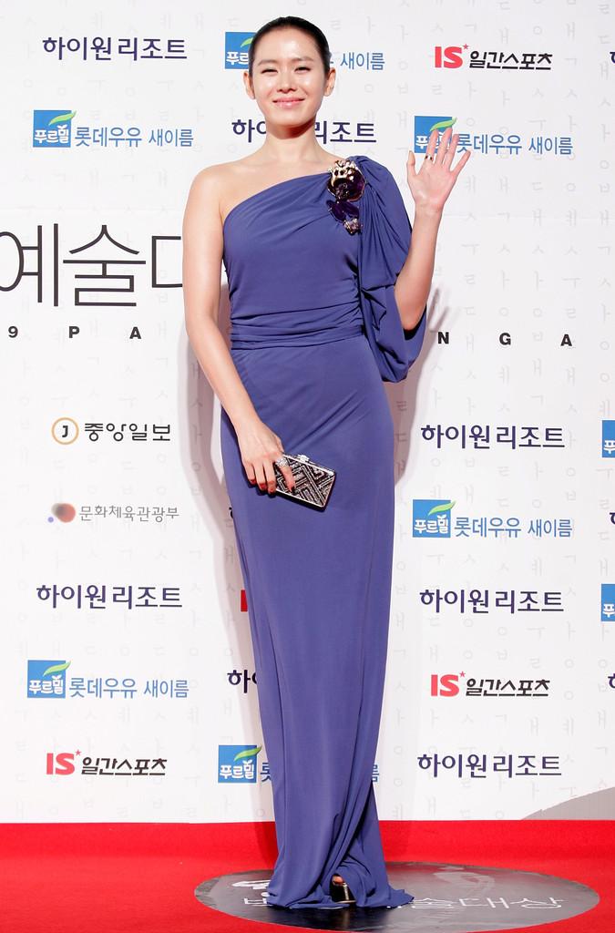 Bộ đầm Son Ye Jin chọn diện vào năm 2009 chưa thực sự xuất sắc nhưng đủ thanh lịch và trang trọng. Chiếc đầm cũng làm tốt nhiệm vụ tôn lên nhan sắc hoàn mỹ của Son Ye Jin.