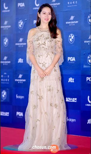 Sự xuất hiện của Son Ye Jin tại Baeksang 2017 đã đi vào huyền thoại. Và bên cạnh nhan sắc rực rỡ, công lớn cũng thuộc về chiếc đầm trắng đính sương sa quá đỗi lộng lẫy đến từ nhà mốt Monique Lhuillier.