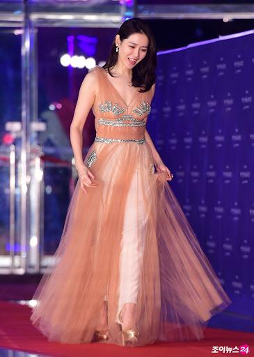 Thảm đỏ Baeksang 2018 tiếp tục khi nhận những khoảnh khắc đẹp như tiên giáng trần của Son Ye Jin trong chiếc đầm voan mang gam màu cam nhạt. Và chỉ với cách làm tóc, trang điểm đơn giản, Son Ye Jin vẫn tỏa ra ánh hào quang khiến người ta phải lụi tim.